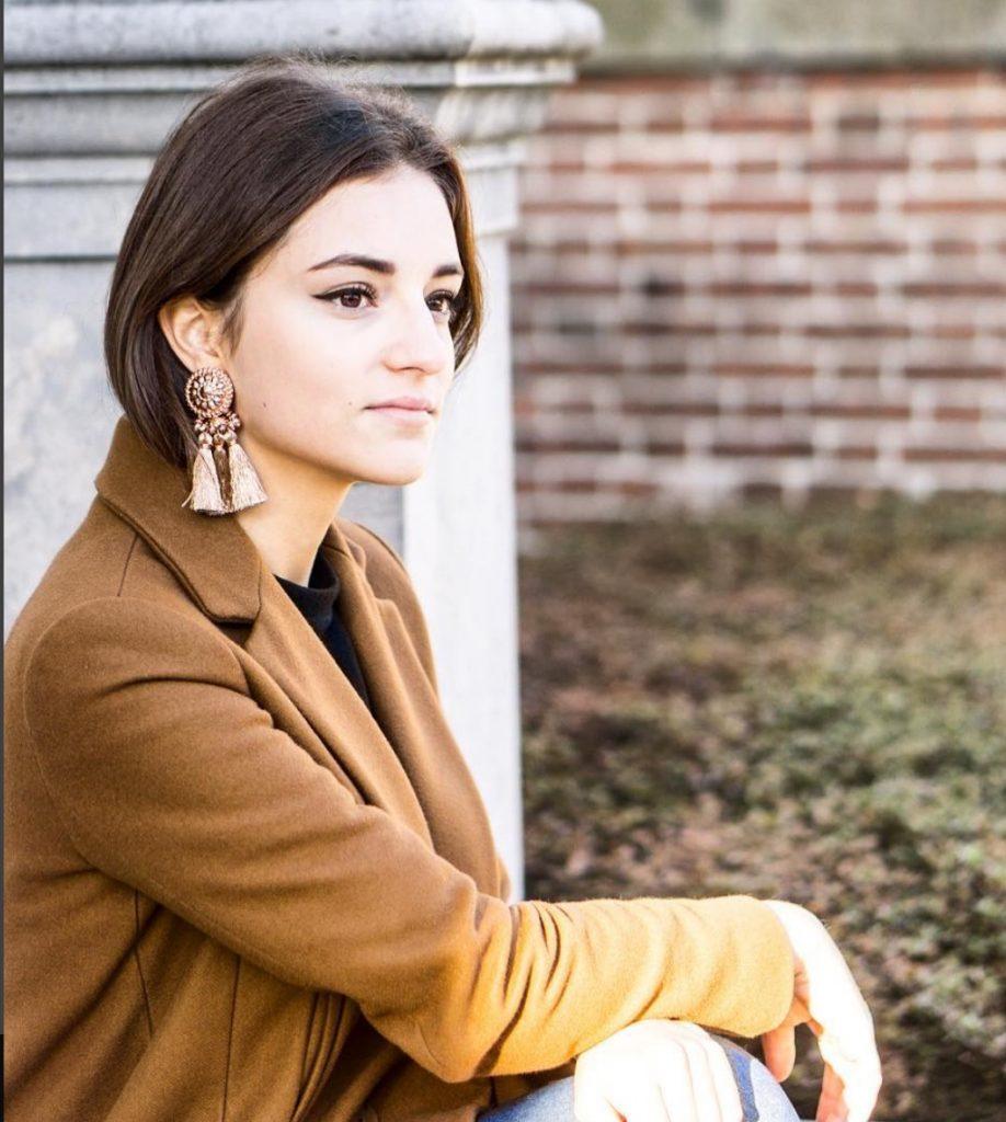 Manteau marron bien porté et à la mode en hiver