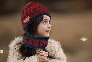 Jeune enfant avec un ensemble Petrunup Bonnet plus Snood