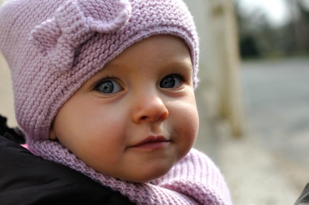 bébé avec un beau bonnet et une écharpe fermée de type snood